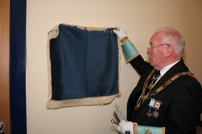 The Grand Master unveils the commemorative plaque